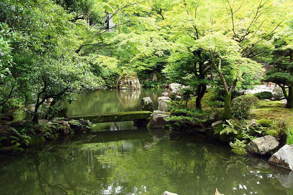 Jeden z ogrodów Kioto w dzielnicy Higashiyama. Piękno to dyskretny mech albo kamienie wyobrażające chmury.