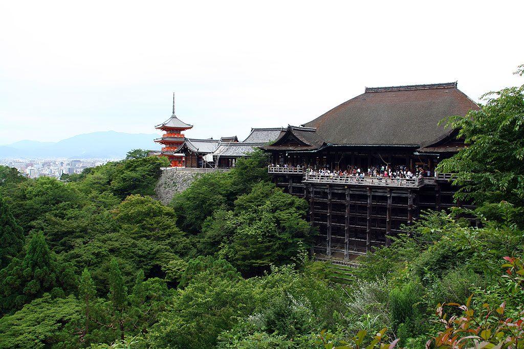 Świątynia Kiyomizudera, opanowana przez hordy turystów i japońskie szkolne wycieczki.