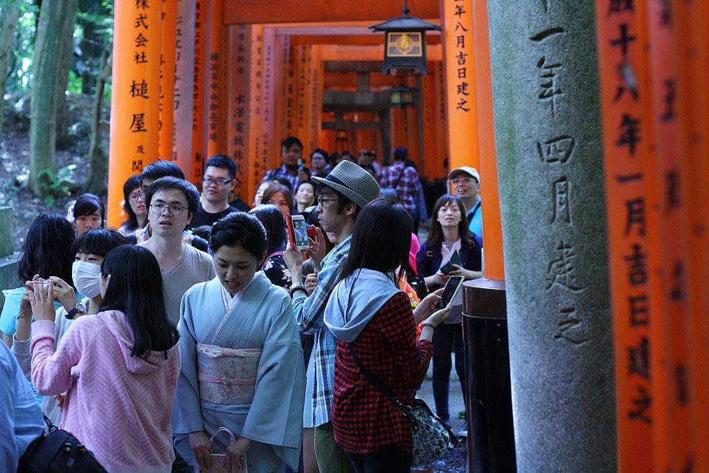Fushimi Inari warto odwiedzić tak jak my, późnym popołudniem i poza sezonem. Wtedy jest tam mniej zwiedzających, co udokumentowaliśmy na zdjęciu.