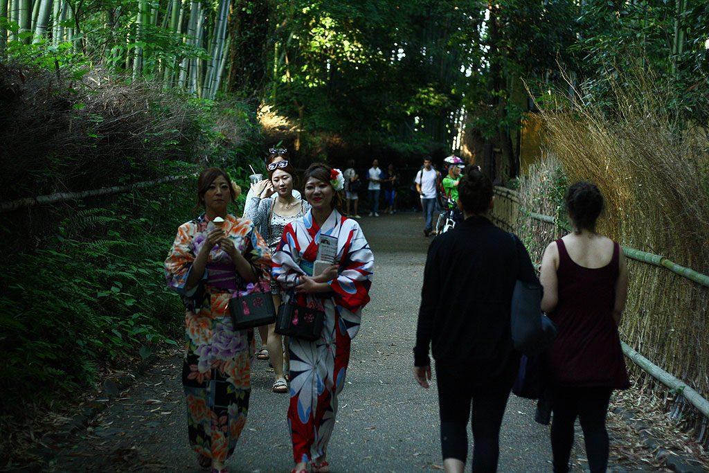 Turyści przybywający do Kioto chętnie zwiedzają miasto przebrani w tradycyjne stroje (kobiety jako maiko, czyli adeptki do roli gejszy).